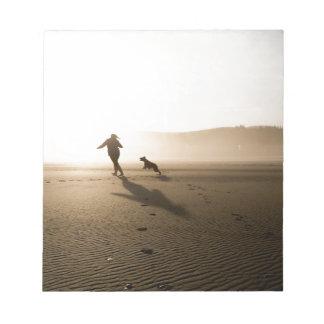 Mejores amigos chica y perro en la playa blocs