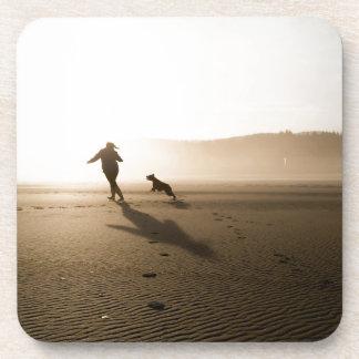 Mejores amigos chica y perro en la playa posavasos de bebidas