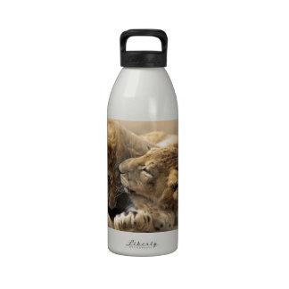 Mejores amigos de los cachorros de león botella de agua reutilizable