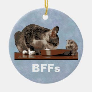 Mejores amigos gato y ratón que comparten el adorno navideño redondo de cerámica