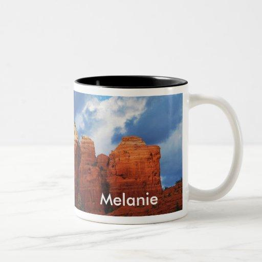 Melanie en la taza de la roca del pote del café