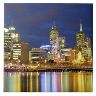 Melbourne, Australia. Una opinión de la noche de l Azulejos Ceramicos