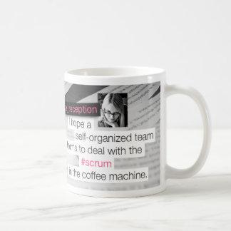 Melé en la máquina del café tazas