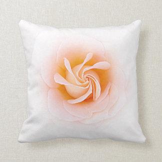 Melocotón precioso coloreado subió almohadas