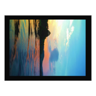 Melocotón y puesta del sol azul en el lago de la m