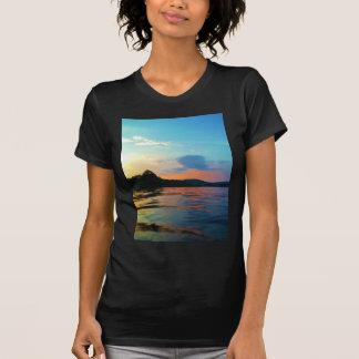 Melocotón y puesta del sol azul en el lago de la camiseta