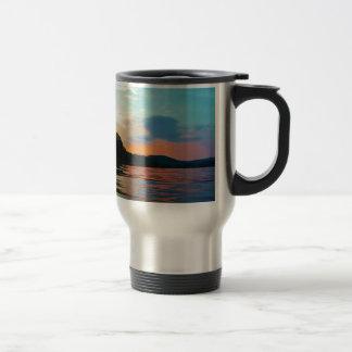 Melocotón y puesta del sol azul en el lago de la taza de viaje de acero inoxidable