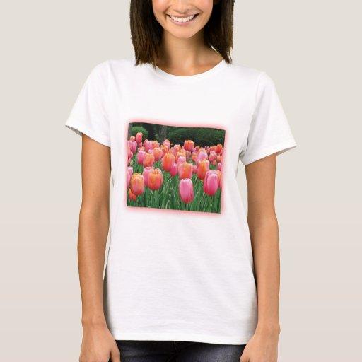 Melocotón y tulipanes rosados playera