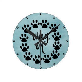 Meneo divertido del perro en cita con las reloj redondo mediano