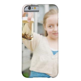 Menina que olha o inseto no frasco na sala de aula barely there iPhone 6 case