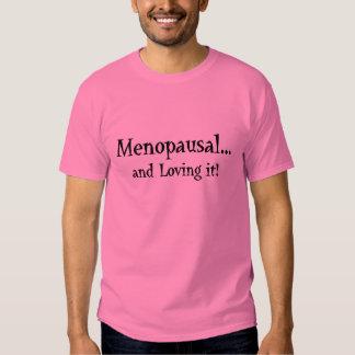 ¡Menopáusico… y amándolo! camiseta Remeras