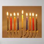 Menorah con todas las velas encendidas póster