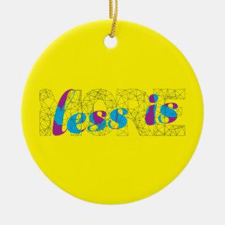 Menos es un poster más minimalista del diseño de adorno navideño redondo de cerámica