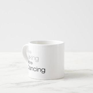 Menos hablar más baile taza de espresso