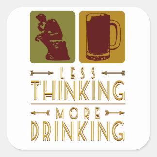 Menos pensamiento - bebiendo pegatina cuadrada