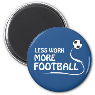 Menos trabajo más fútbol imán redondo 5 cm