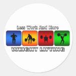 Menos trabajo y más levantamiento de pesas etiqueta redonda