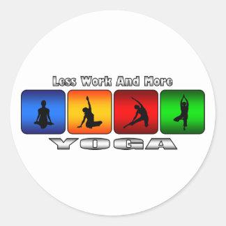 Menos trabajo y más yoga pegatina redonda