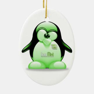 Menta de Linux con el logotipo de Tux Adorno Navideño Ovalado De Cerámica
