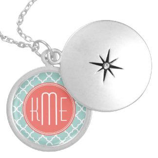 Menta y Quatrefoil coralino con el monograma de en Collar Redondo