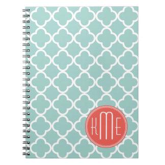 Menta y Quatrefoil coralino con el monograma de en Spiral Notebooks