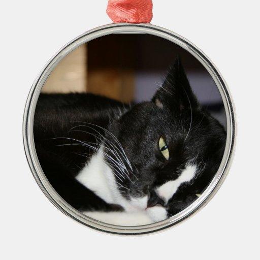 mentira blanco y negro del gato del smoking abajo adorno navideño redondo de metal