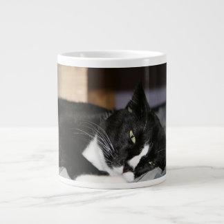 mentira blanco y negro del gato del smoking abajo  taza grande