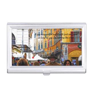 Mercado de Pisa en callejón con cita del amor
