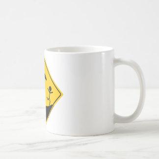 Mercancía y ropa de la advertencia del tiempo del taza de café