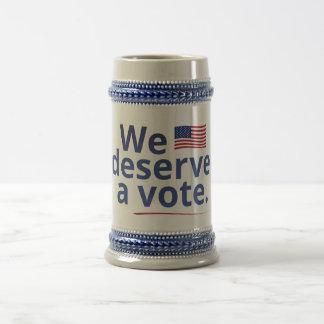 Merecemos un voto (con la bandera americana) jarra de cerveza