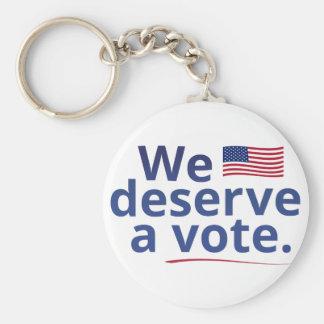 Merecemos un voto (con la bandera americana) llavero redondo tipo pin