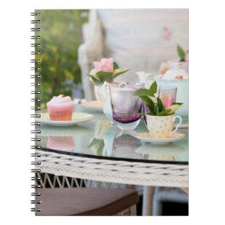Merienda-cena y tortas en un jardín inglés libreta