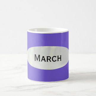 Mes de la taza de café azul de la pizarra de marzo