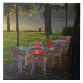 Mesa de comedor y sillas por el río Danubio, Azulejo Cuadrado Grande