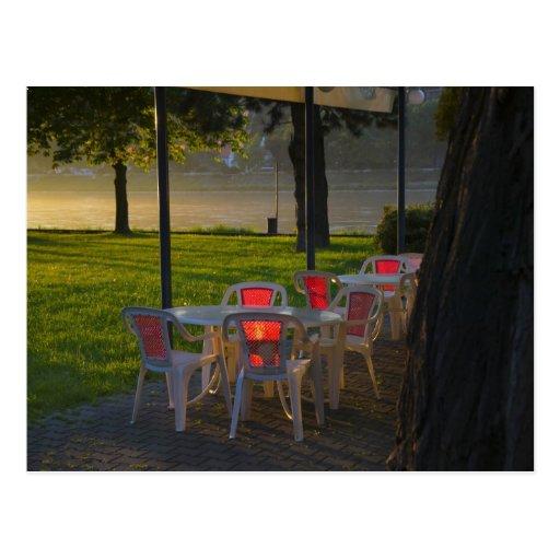 Mesa de comedor y sillas por el río Danubio, Postal