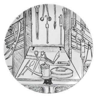 Mesa de operaciones e instrumentos quirúrgicos, de plato de comida