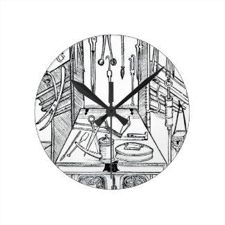Mesa de operaciones e instrumentos quirúrgicos, de reloj de pared