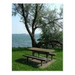 Mesa de picnic a lo largo de la línea de la playa postal