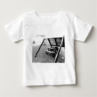 Mesa de picnic de la pluma y de la tinta t-shirt