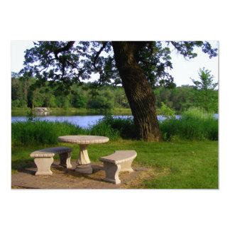 """Mesa de picnic debajo de un árbol de sombra cerca invitación 5"""" x 7"""""""