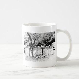 Mesa de picnic en el camping taza de café