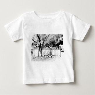 Mesa de picnic en el camping tee shirt