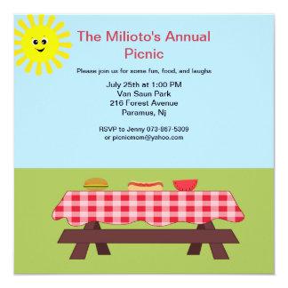 Mesa de picnic en la invitación de la hierba