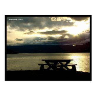 Mesa de picnic por el lago en la postal de la foto