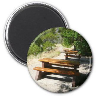 Mesas de picnic en el parque imán redondo 5 cm