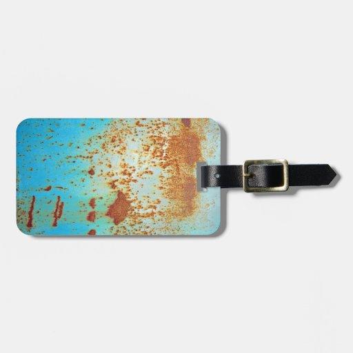 Metal oxidado con la pintura rasguñada azul etiqueta para equipaje