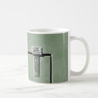 metal verde viejo con las bisagras taza
