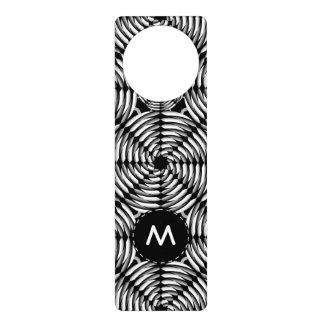 Metallic mesh pattern door hanger