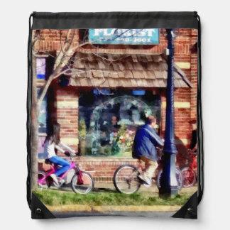 Metuchen NJ - Bicyclists en la calle principal Mochilas