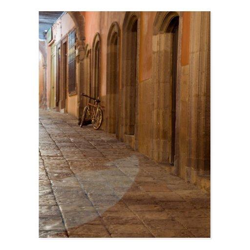 México, San Miguel de Allende, acera con Tarjeta Postal
